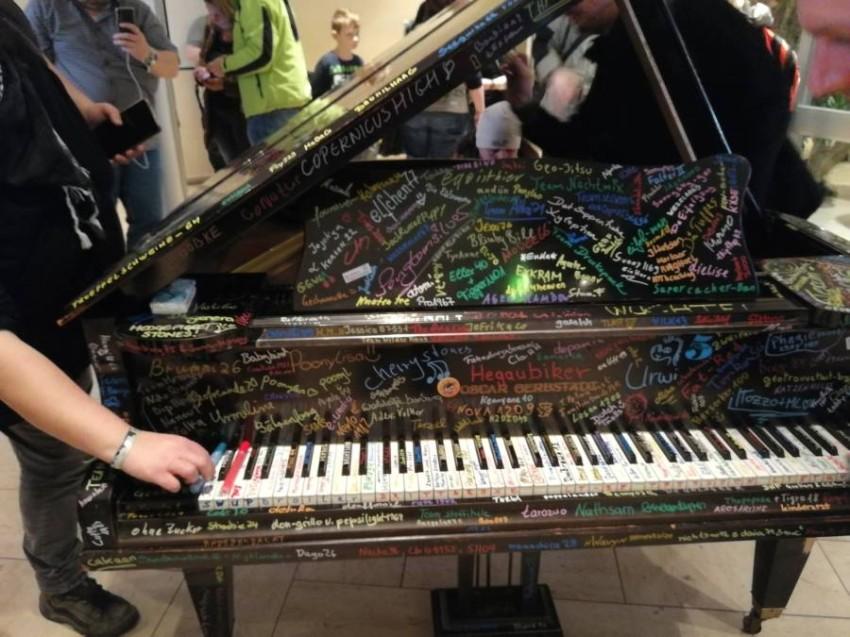 البيانو الذي استخدم ككتاب تدوين لأصحاب الهواية