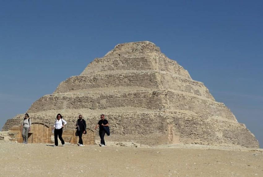سيّاح أمام هرم سقارة في مصر. (رويترز)