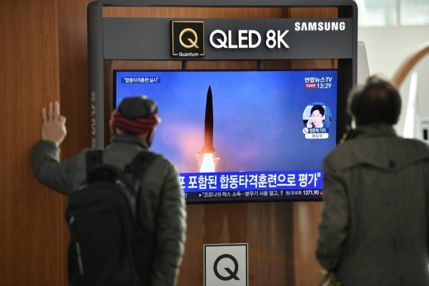 مواطنون في كوريا الجنوبية يتابعون أنباء إطلاق الصواريخ من بيونغ يانغ. (أ ف ب)