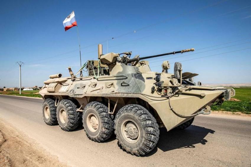 دبابة روسية في مدينة القامشلي جنوب الحسكة السورية. (أ ف ب)