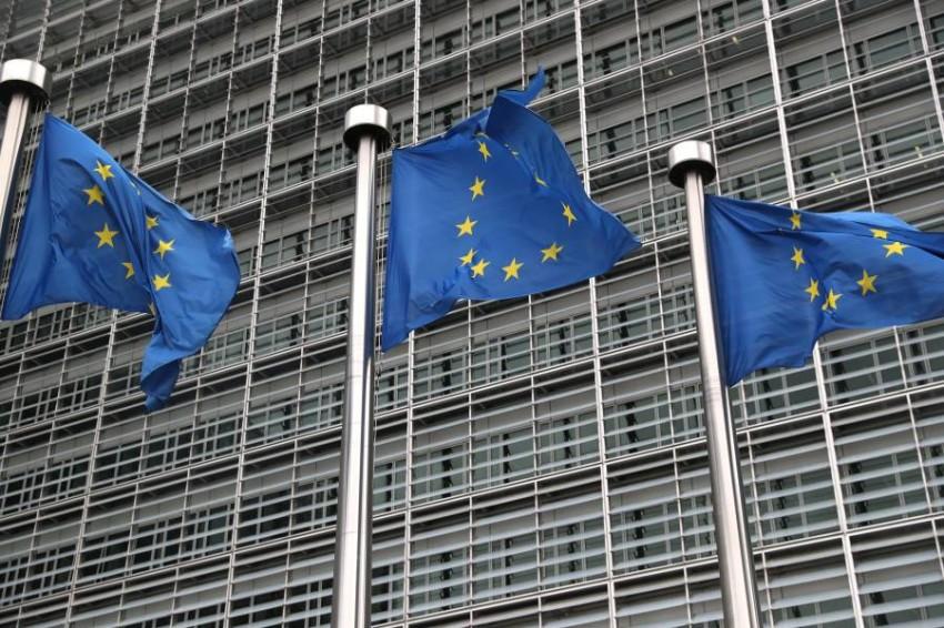 أعلام الاتحاد الأوروبي ترفرف أمام مقر المفوضية الأوروبية في بروكسل. (رويترز)