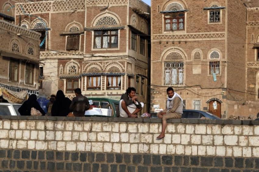 يمنيون في أحد المواقع الاثرية في العاصمة صنعاء. (أي بي أيه)