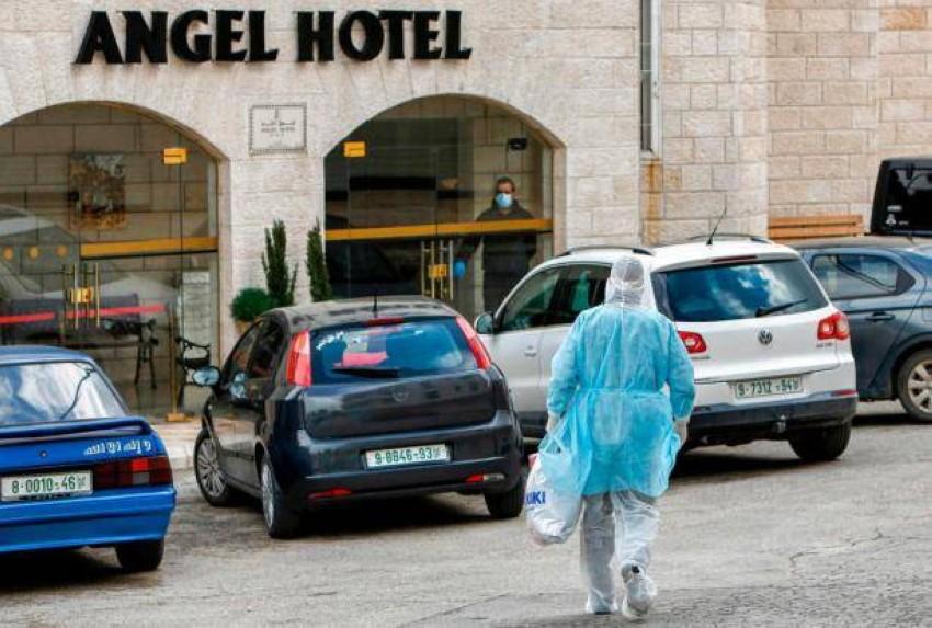 شخص في طريقه إلى فندق إنجل الخاضع للحجر الصحي في الضفة الغربية. (من المصدر)