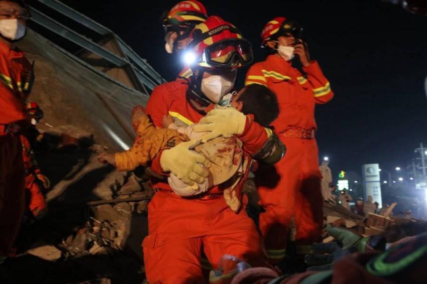 محاولات إنقاذ ضحايا فندق الصين المنكوب. (إيه بي إيه)