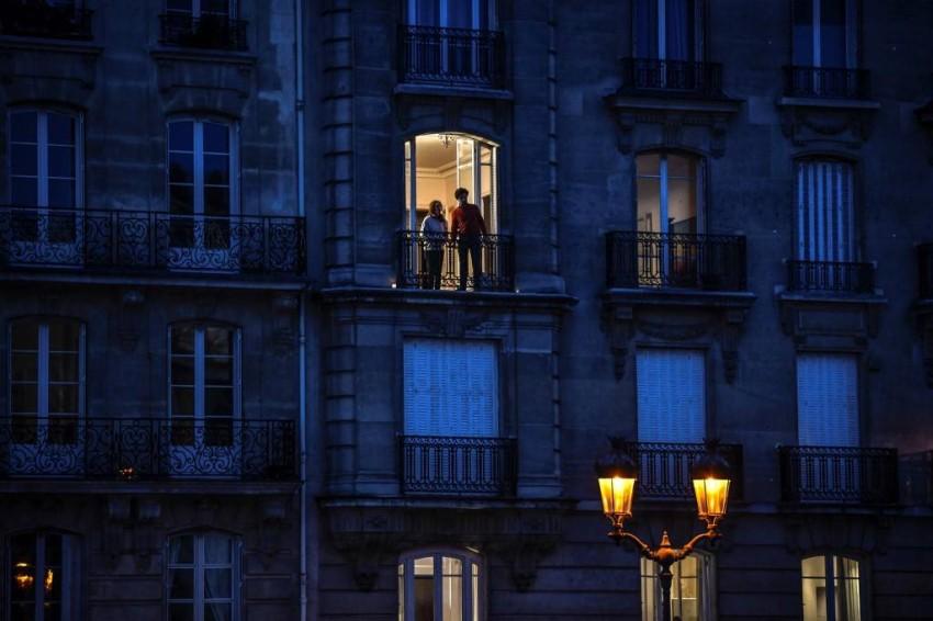 الشرفات المتنفس الوحيد في زمن كورونا - فرنسا - أ ف ب