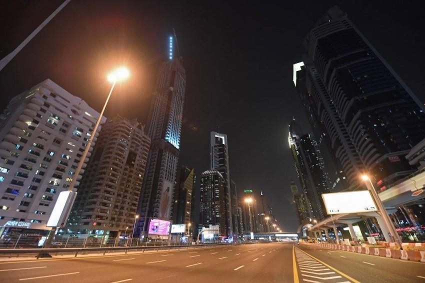 شارع الشيخ زايد في إمارة دبي خالٍ تماماً بسبب عمليات تعقيم الشوارع - أ ف ب