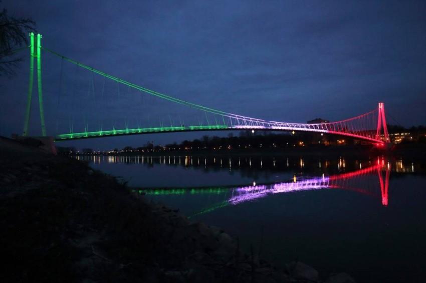 كرواتيا تضيء العلم الإيطالي على أحد جسور المشاة تضامناً مع إيطاليا - أ ف ب