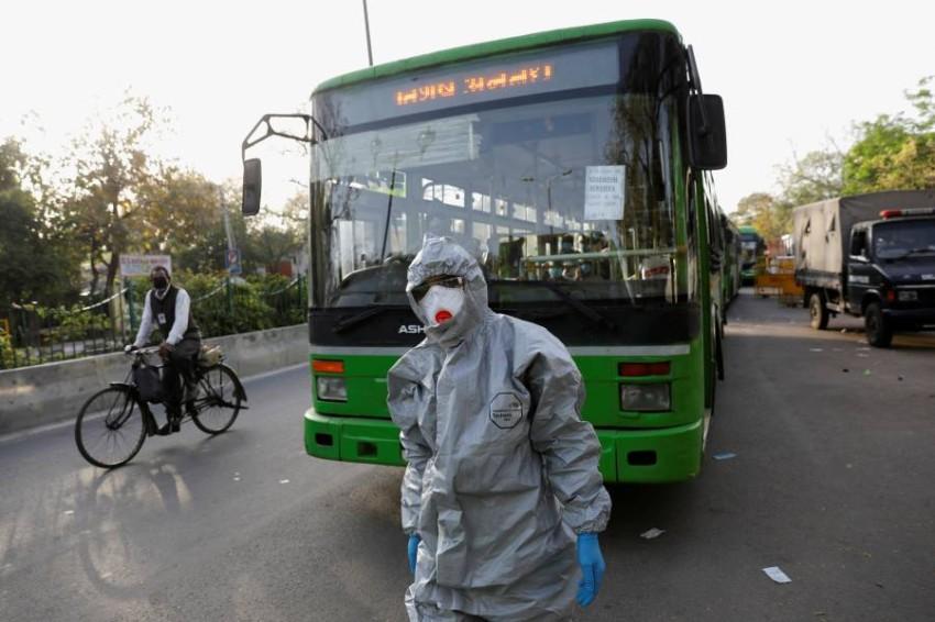 سائق حافلة تنقل مصابين للحجر الصحي يرتدي بدلة واقية في الهند - رويترز