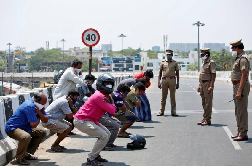 طريقة السلطات الهندية في معاقبة مخالفي حظر التجوال. (رويترز)