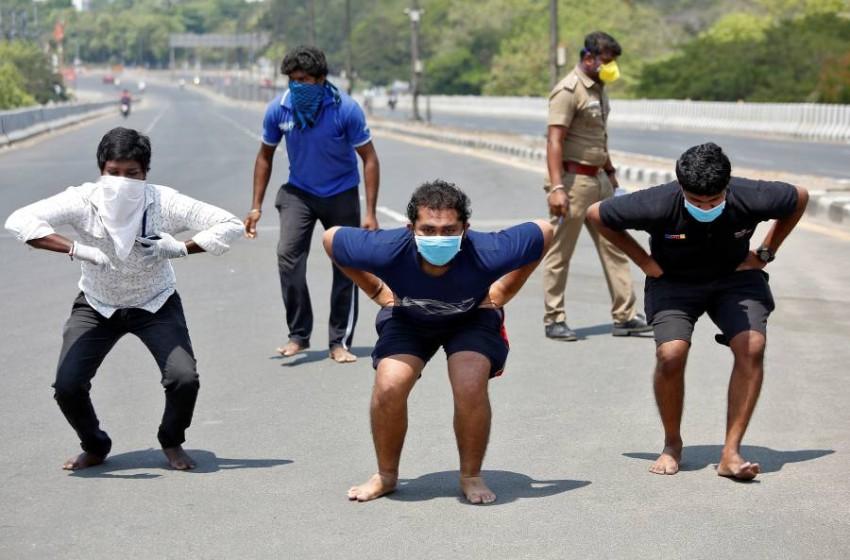 طريقة السلطات الهندية في معاقبة مخالفي حظر التجوال.(رويترز)