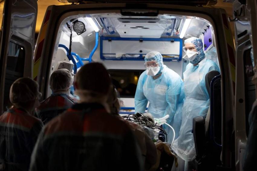 فريق طبي ينقل مريضاً في فرنسا. (أ ف ب)