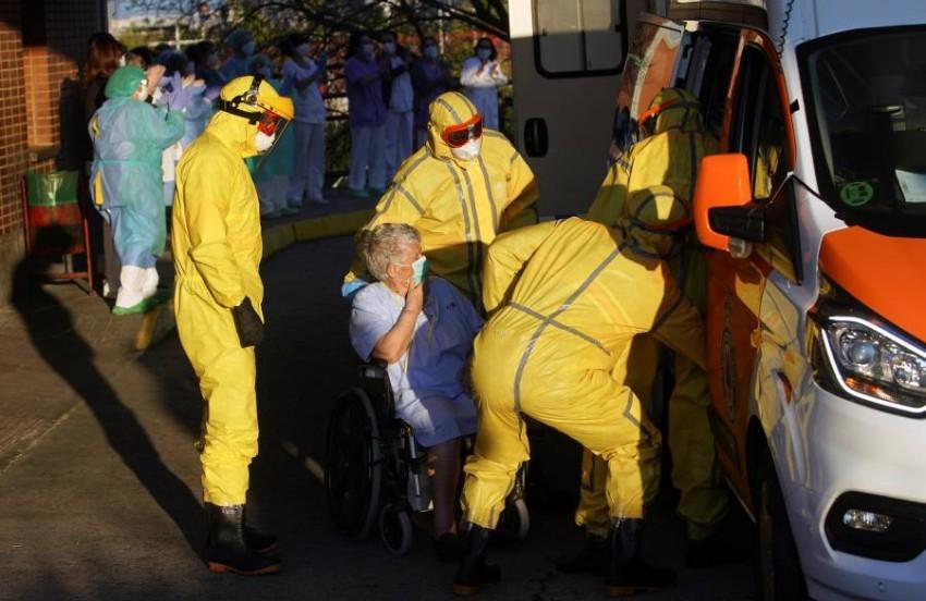 مسعفون ينقلون أحد المصابين بمرض «كوفيد-19». (رويترز)