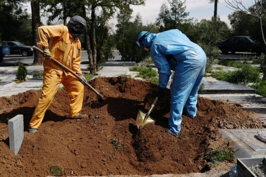 دفن ضحايا كورونا في إيران. (رويترز)