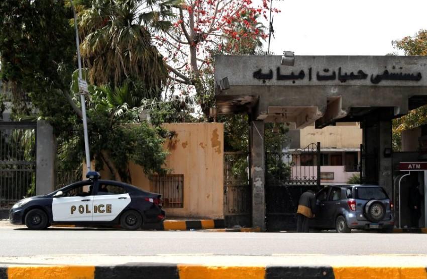 سيارة شرطة أمام مستشفى حميات إمبابة في مصر. (رويترز)