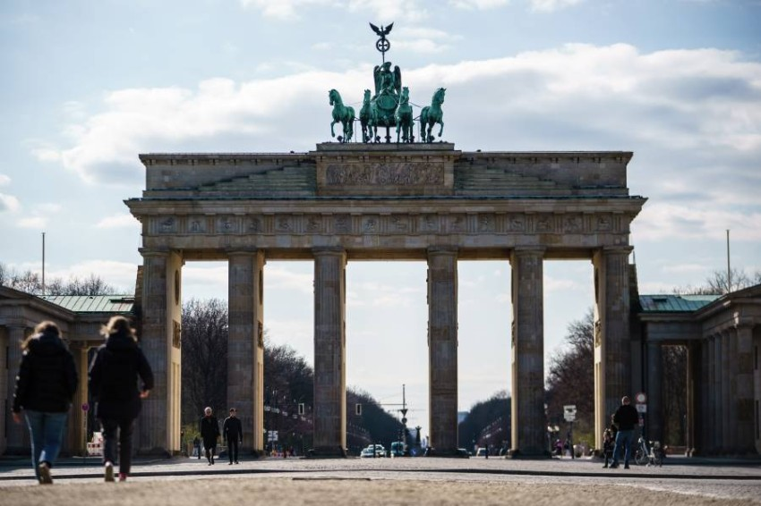 أشخاص يسيرون بأحد شوارع برلين. (إي بي أيه)