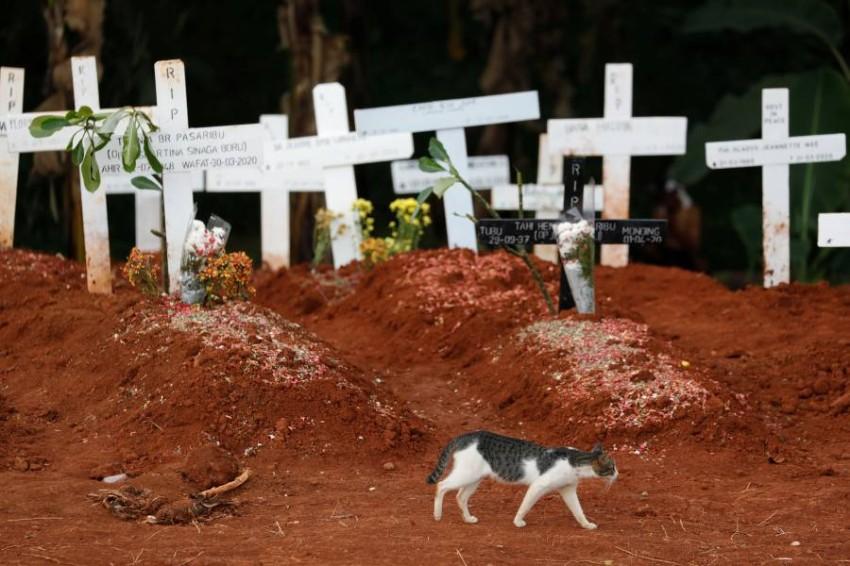 إحدى مقابر ضحايا «كورونا» في إندونيسيا. (رويترز)