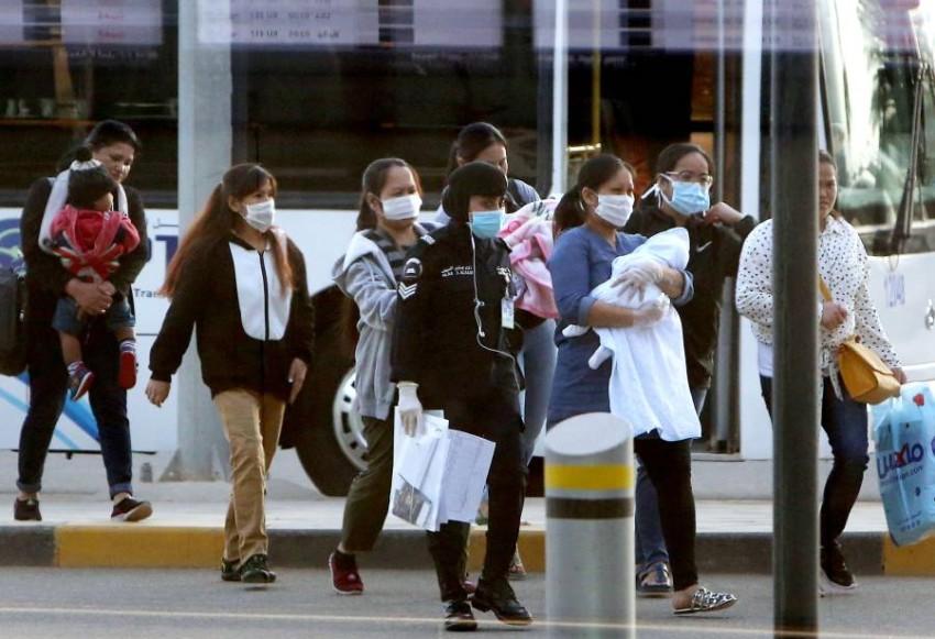 فلبينيون في طريقهم لمغادرة مطار الكويت الى مانيلا (ا ف ب)