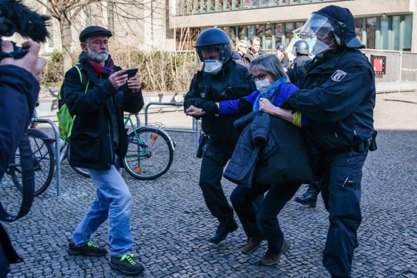 الشرطة الالمانية تحاول منع مظاهرة مخالفة لإجراءات التباعد الاجتماعي. (أي بي أيه)
