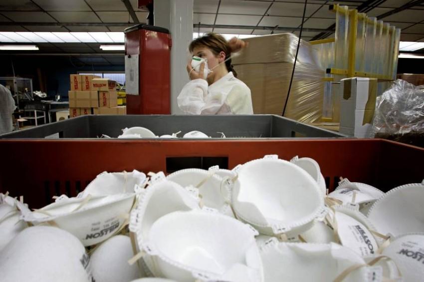مصنع كمامات «إف إف بي 2» في فرنسا. (أ ف ب)