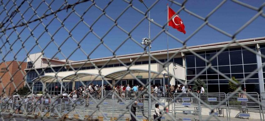 القانون يترك الصحافيين والسياسيين فريسة لكورونا بتركيا. (من المصدر)
