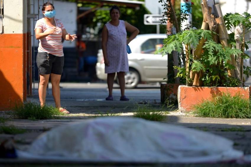 جثة ملقاة في الشارع منذ 3 أيام. (أ ف ب)