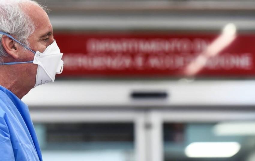 إصابات «كورونا».. قفزات في دول وانخفاض في أخرى. (رويترز)