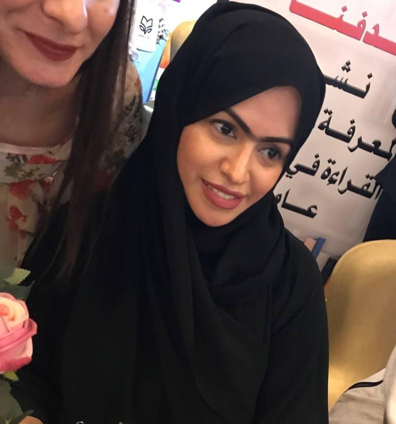 مريم المزروعي أثناء توقيعها كتابها زايد
