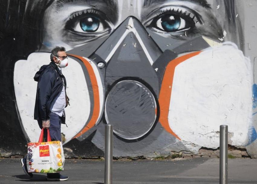 لوحة جدارية في ميلانو.. إيطاليا ما زالت تتعافى من «كورونا». (رويترز)