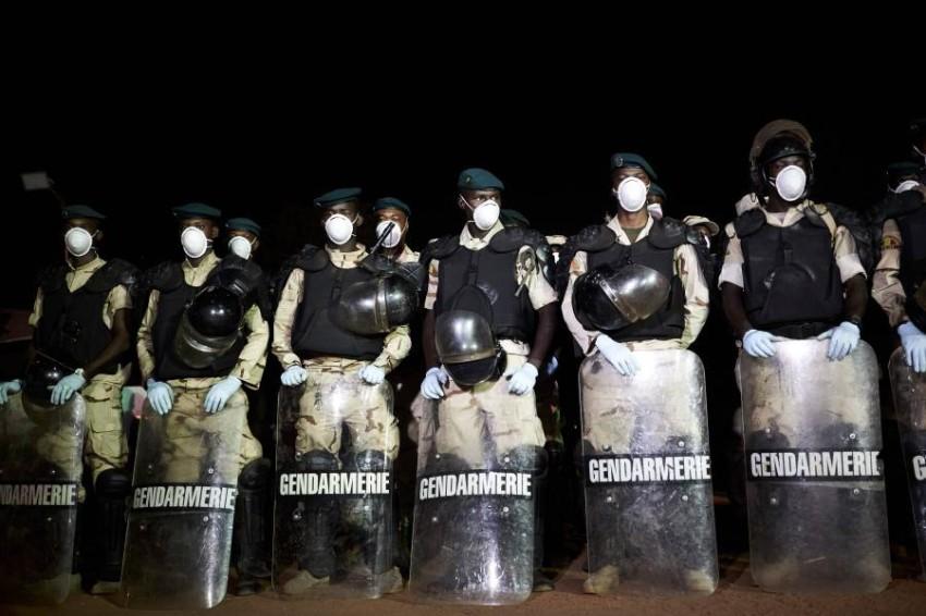 جنود ماليون يرتدون أقنعة واقية. (أ ف ب)