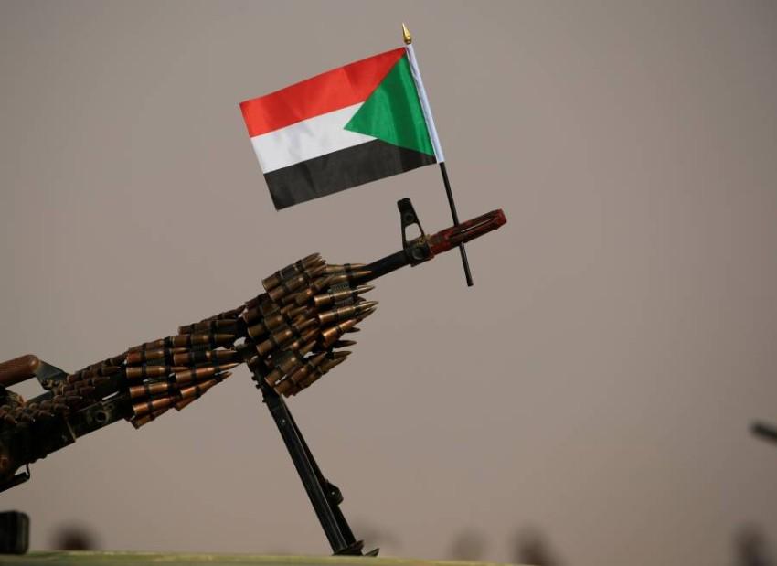 علم السودان أعلى سلاح آلي في الخرطوم. (رويترز)