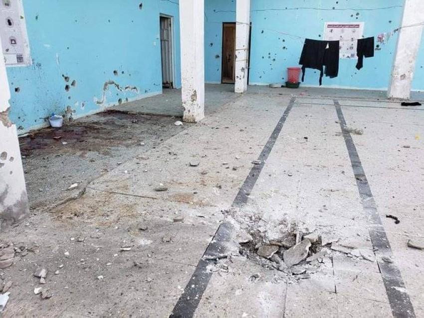 موقع سقوط القذيفة داخل السجن وتبدو الدماء متناثرة.(السجن المركزي)