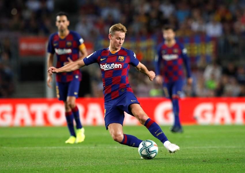 الهولندي فرينكي دي يونغ، لاعب وسط برشلونة الإسباني. (رويترز)