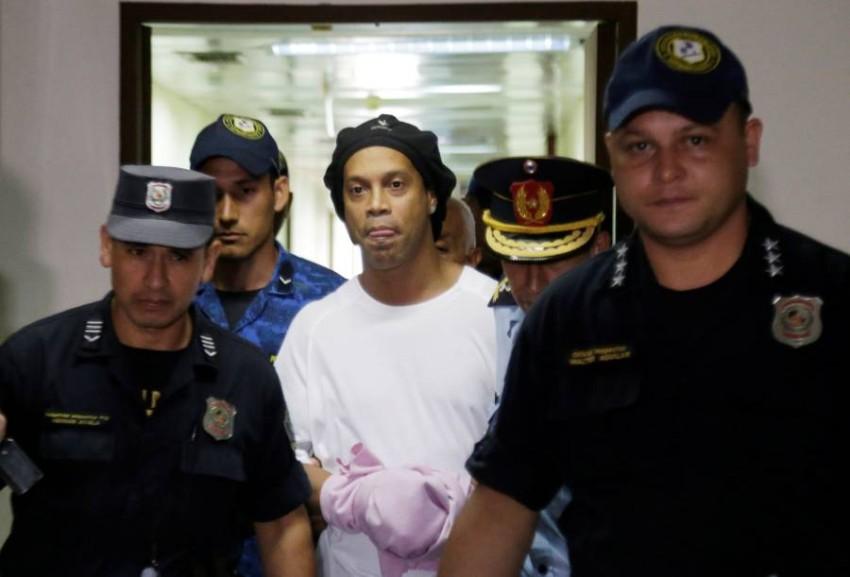 رونالدينيو في قبضة الشرطة. (رويترز)
