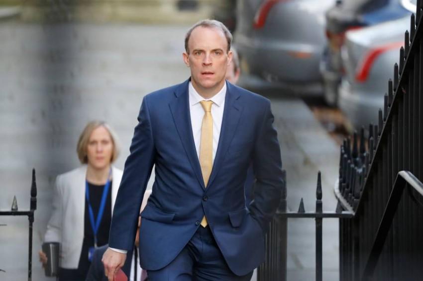 وزير الخارجية البريطاني دومينيك راب يصل إلى مقر الحكومة اليوم الثلاثاء ليرأس بالنيابة اجتماعا لمجلس الوزراء. (أ ف ب)