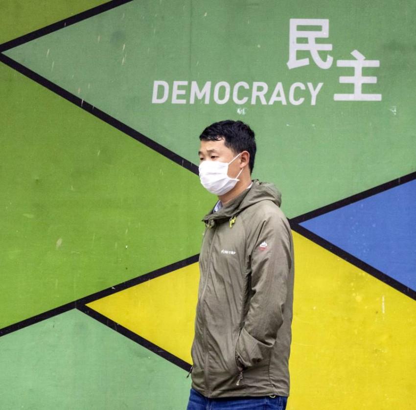 شخص يرتدي قناعاً واقياً في الصين