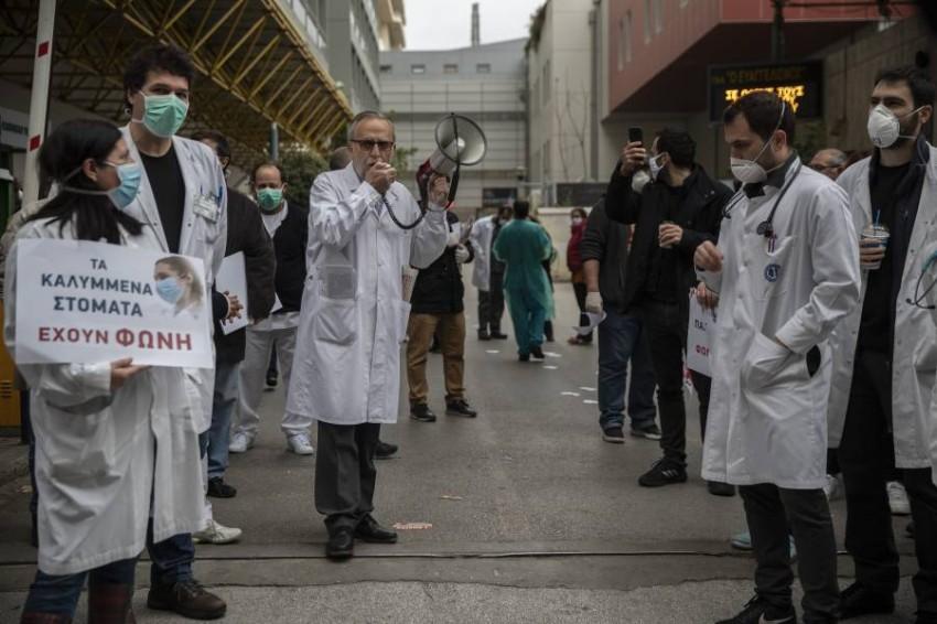 احتجاج طاقم طبي في أثينا. (أ ب)