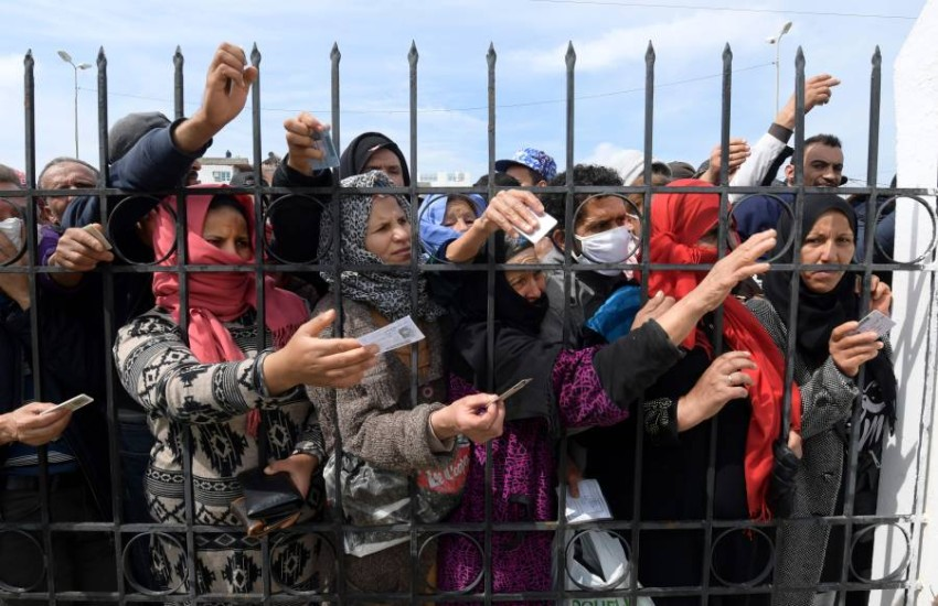 فقراء في منطقة الاريانة يتزاحمون للحصول على المساعدات. (أ ف ب)
