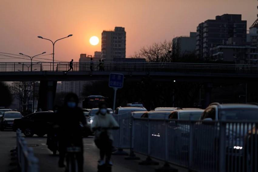 أشخاص في أحد شوارع بكين. (رويترز)
