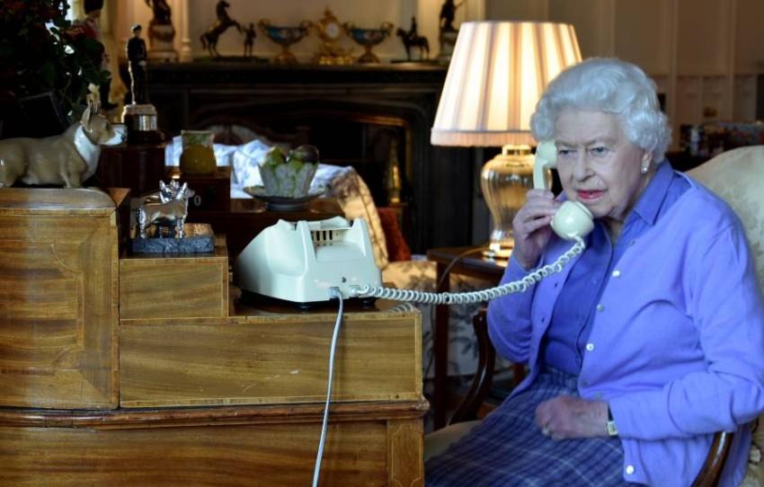الملكة إليزابيث الثانية خلال اتصال هاتفي مع بوريس جونسون. (رويترز)