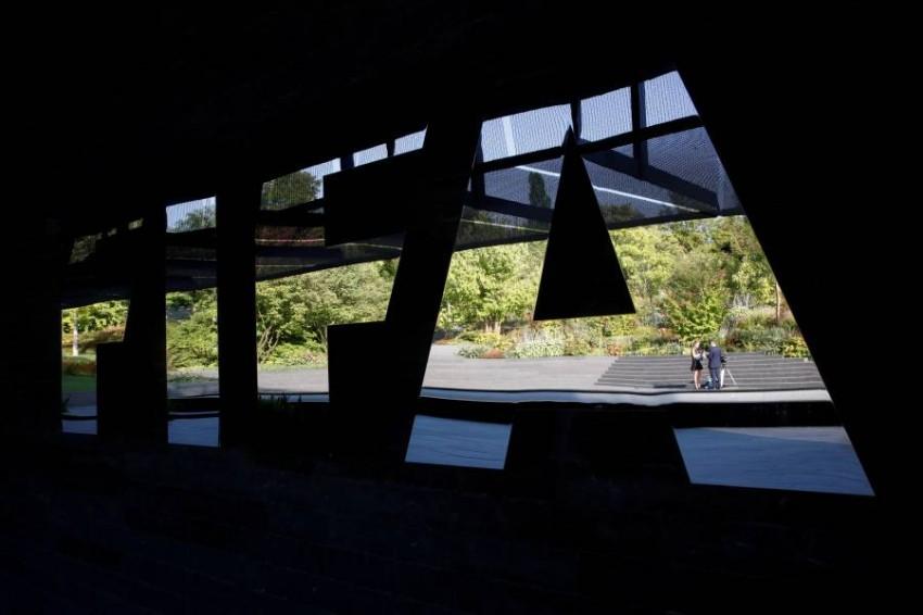 فيفا يسمح للأندية بالإبقاء على لاعبيها المنتهية عقودهم لنهاية الموسم. (رويترز)