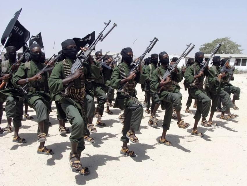 تدريبات مسلحة لمقاتلي «الشباب» الإرهابية في الصومال. (أ ب - أرشيفي)