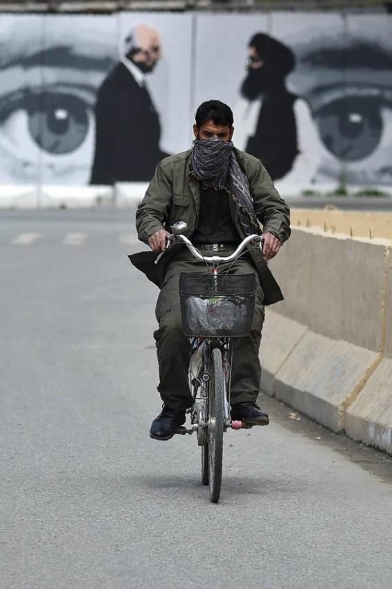 «كورونا» والمباحثات المتعثرة.. تحديات تواجه الشارع الأفغاني. (أ ف ب)