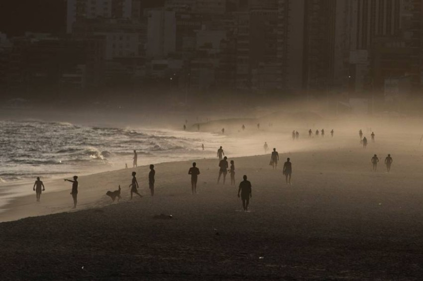 أشخاص على أحد شواطئ البرازيل. (إي بي أيه)