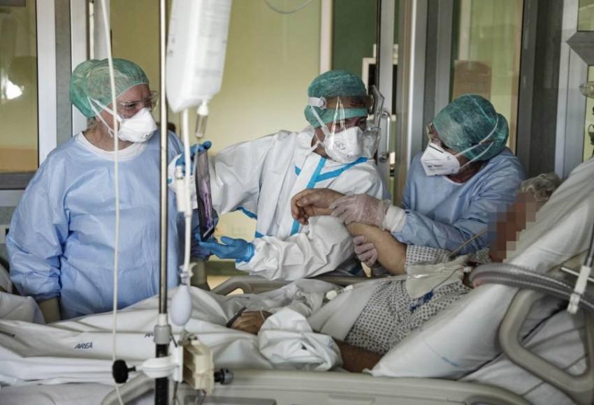 داخل ووحدة العناية المركزة في مستشفى في شمال إيطاليا. إيه بي أيه