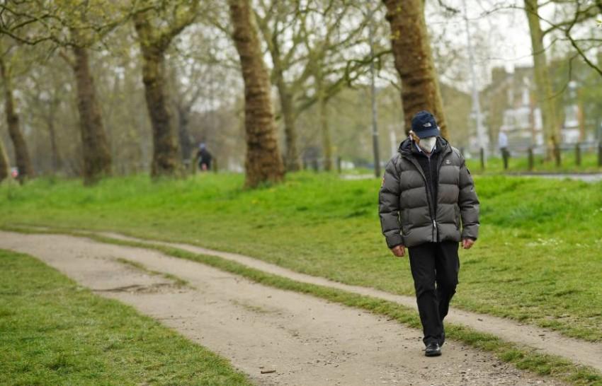 رجل يرتدي قناعاً واقياً في لندن. (رويترز)