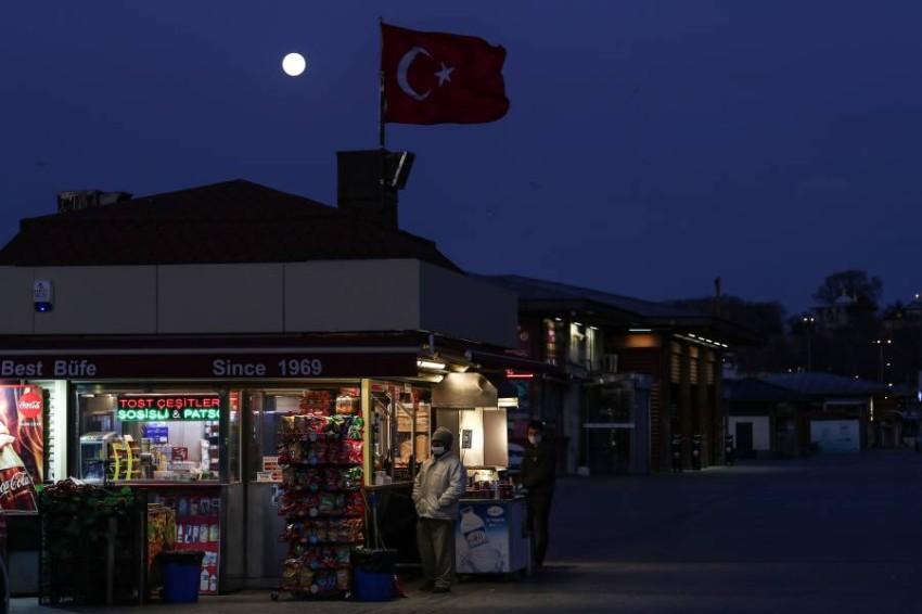أشخاص أمام متجر في إسطنبول. (إي بي أيه)