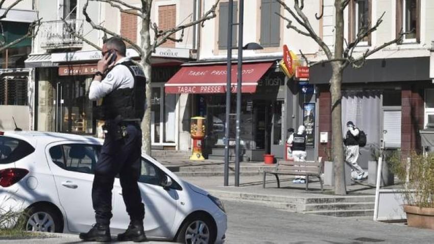 الشرطة الفرنسية تطوِّق مكان تنفيذ الهجوم.