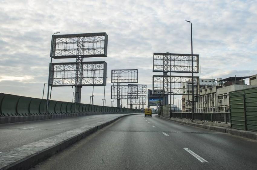 جسر 6 أكتوبر في العاصمة المصرية القاهرة يخلو من السيارات والمارة بسبب كورونا. (إي بي إيه)