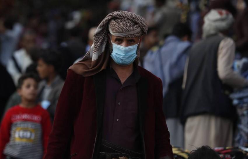 رجل يمني يمشي في صنعاء وسط المخاوف من تفشي كورونا. (إي بي أي)