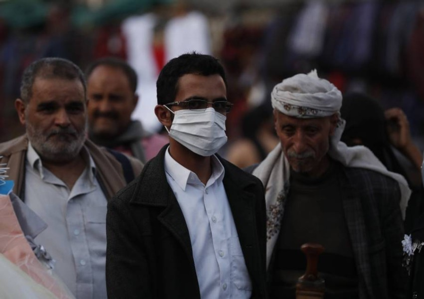 رجل يمني في صنعاء يرتدي قناعا واقيا وسط المخاوف من انتشار كورونا. (إي بي أي)